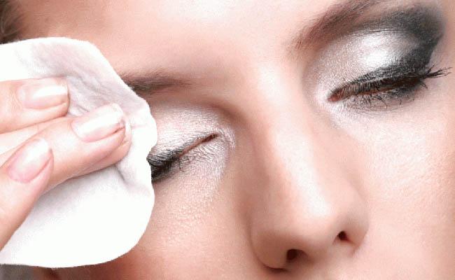 remover a maquiagem é a regra principal para pele bonita