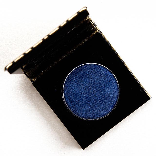 Fiquem de olho no azul bem escuro, quase um marinho - um azul noite. A indústria está apostando como tendência.