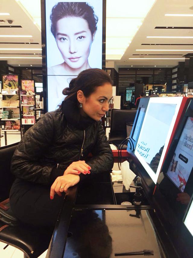 A experiência de compra de maquiagem passa por uma recomendação ou experimentação.