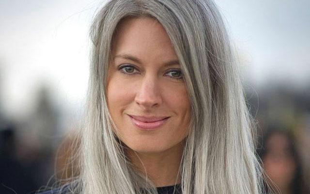 ideias para maquiagem para cabelos cinza ou brancos