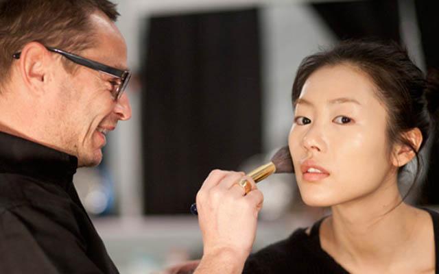 O jeito certo de segurar o pincel de maquiagem faz diferença na make.