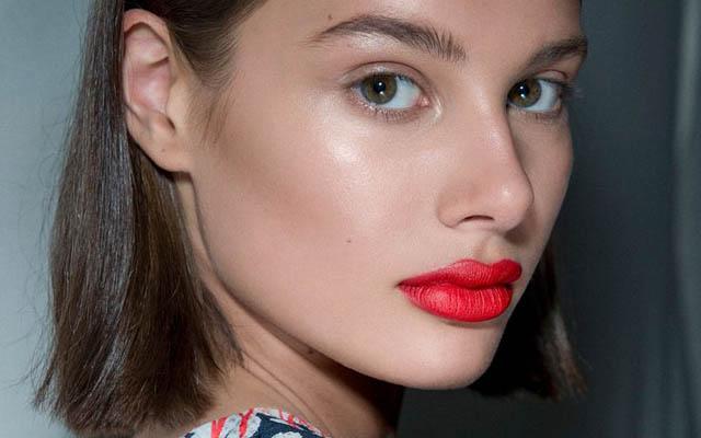 A maquiagem deste verão 2018 tem pele glow