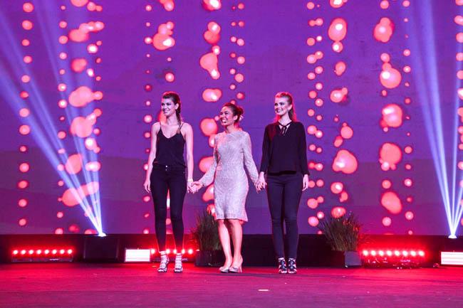 Carolina Habeyche apresentando as maquiagens da linha Celebration da Dazzle Hinode
