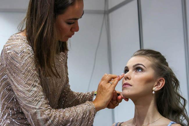 Carolina Habeyche maquiando